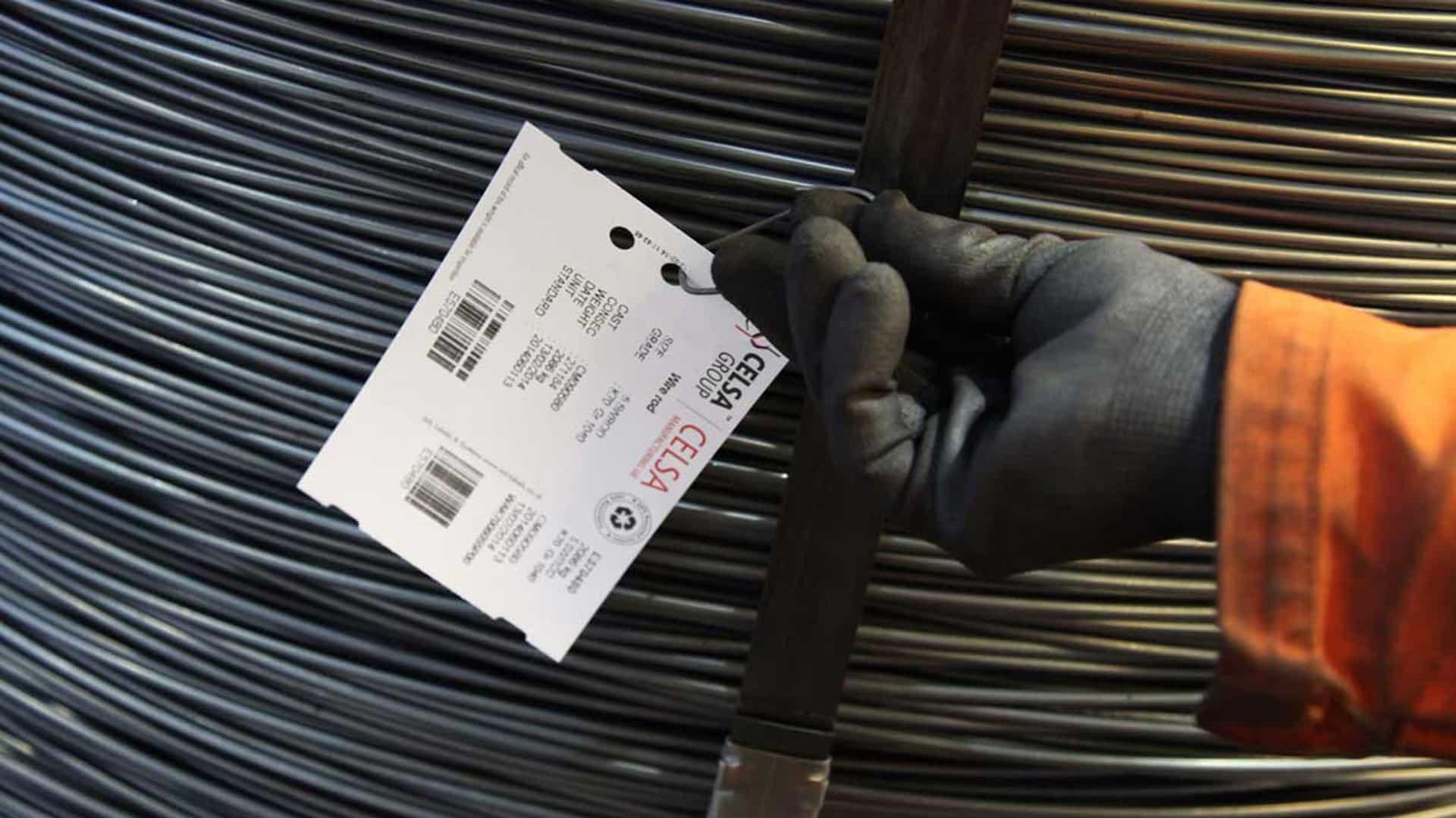 Hängetiketter fästs på produkterna med tråd clips eller spik