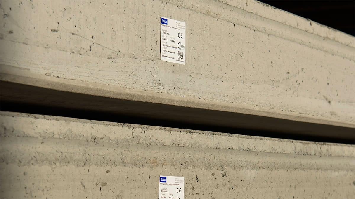 Hängetiketter för betongelement som klarar UV-ljus och är tydlig att läsa