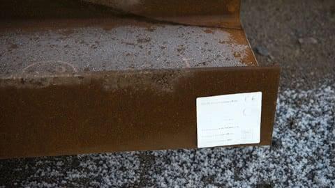 Etiketter på konstruktionsstål bleknar