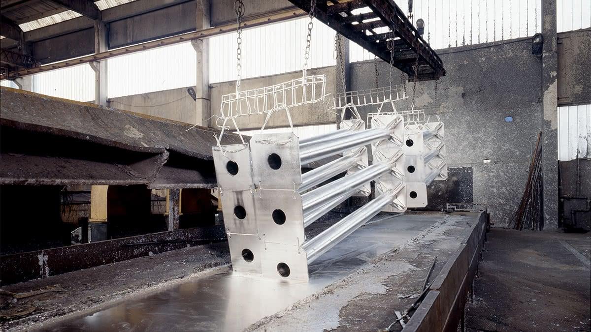 Märkning av konstruktionsstål med märkbrickor genom galvanisering